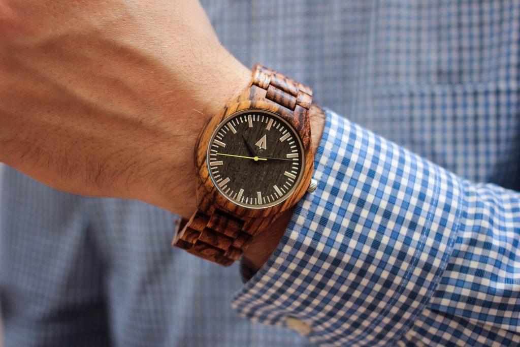 Omul în ceasuri de lemn